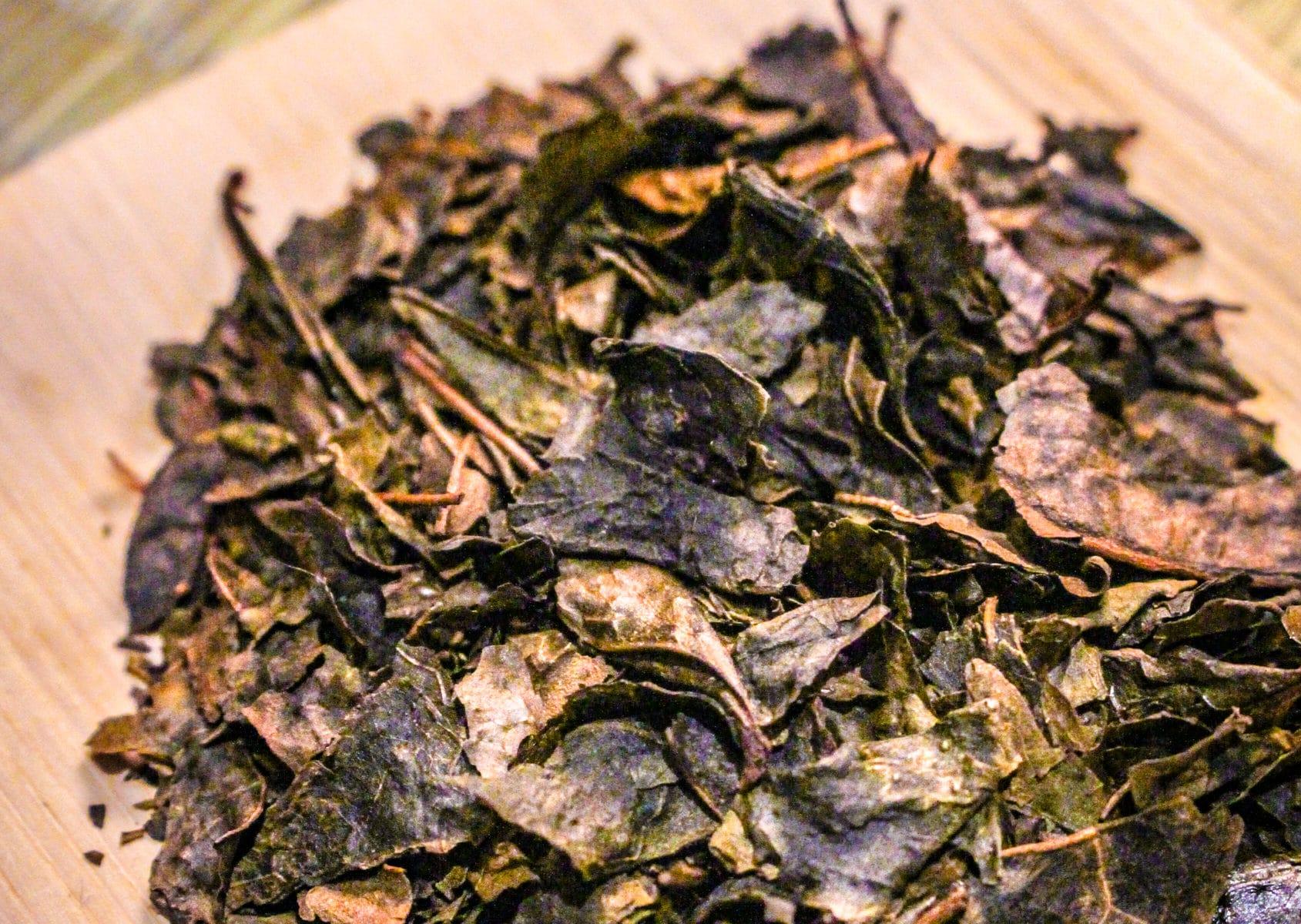 Thé Brun Grillé du Japon - Douceur Flambée - Détail feuilles sèches