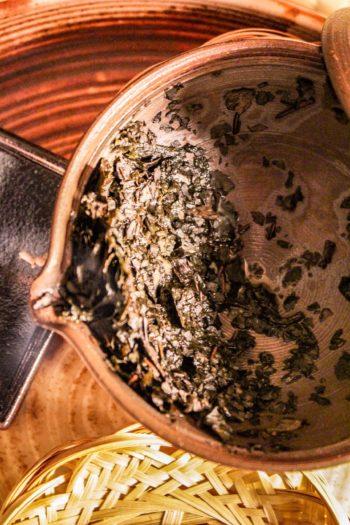 Thé Brun Grillé du Japon - Douceur Flambée - Détail feuilles infusées