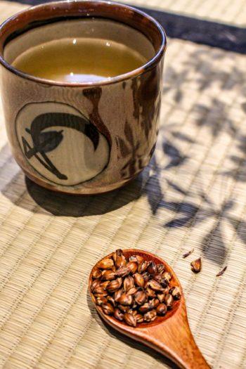 Graine de breuvage du Japon - Mugicha - Détail graines sèches & liqueur