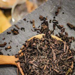Thé Brun Grillé & Fumé du Japon - Hiver à L'Est - Détail feuilles sèches
