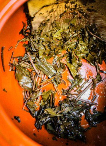 Thé Brun Grillé 'Hojicha' du Japon - Retour au Foyer - Détail feuilles infusées