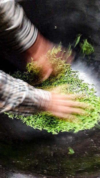 Cuisson des feuilles au wok par le producteur-artisan Park Buweon (Crédits photo : Park Jieun)