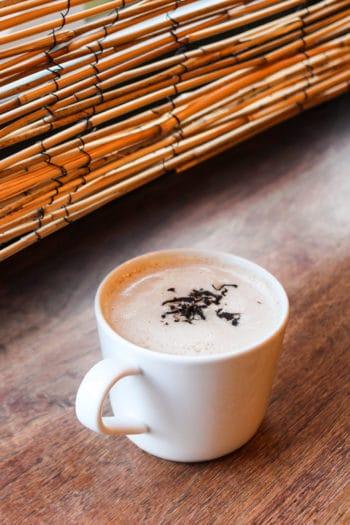 Royal Milk Tea : thé noir 'Lueur d'Automne' du Japon, amacha & nuage de lait à l'anglaise - Curiousitea